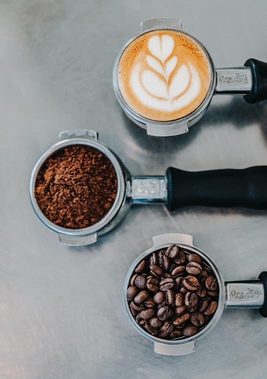 Kaffee gemahlen und Bohnen